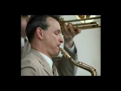 おはようございます。 今日4/26はジミー・ジュフリーの生まれた日。 今朝の一曲は「ザ・トレイン&ザ・リヴァー」、映像を見るとわかりますが、ジャズ・ドキュメンタリー映画の傑作「真夏の夜のジャズ」(Jazz On A Summer's Day)のオープニングパートです。1958年のニューポート・ジャズ・フェスティバル、ヨットハーバーの揺らぐ水面に重ねて、タイトルや出演者リストが流れていきます。そして、サックスを吹くジミー・ジュフリーのアップに切り替わります。そのすぐ後に写っているのはトロンボーンのボブ・ブルックマイヤー、トリオのもう一人ジム・ホールはこのカットの最後に一瞬だけ見えます。音楽だけでなく、洒落たカメラワークも楽しめますね(^_^)