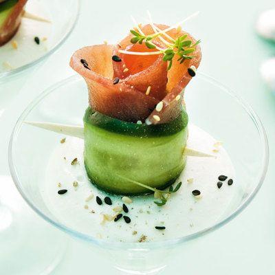 Der Thunfisch wird vor dem Schneiden etwas tiefgekühlt. Die Gurke wird auf dem Gemüsehobel der länge nach geschnitten.