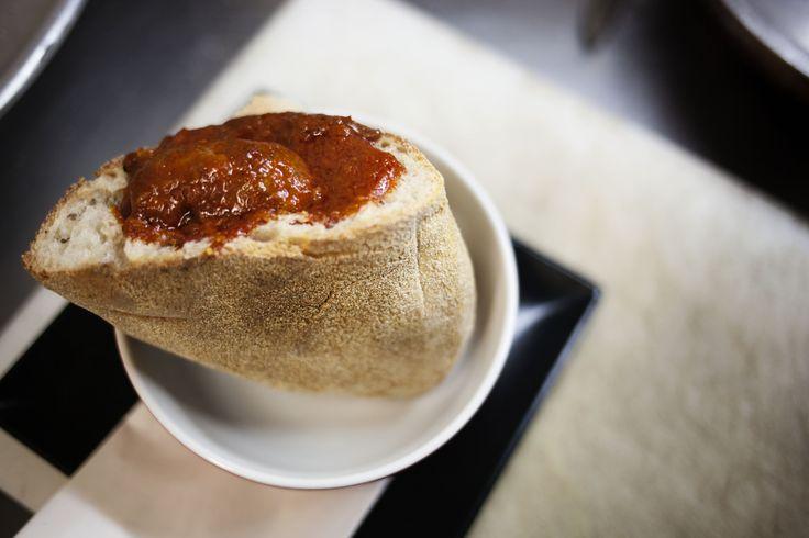 Il ragù nel cozzetiello scavato di pane cafone | © Machi di Pace (@machidipace)
