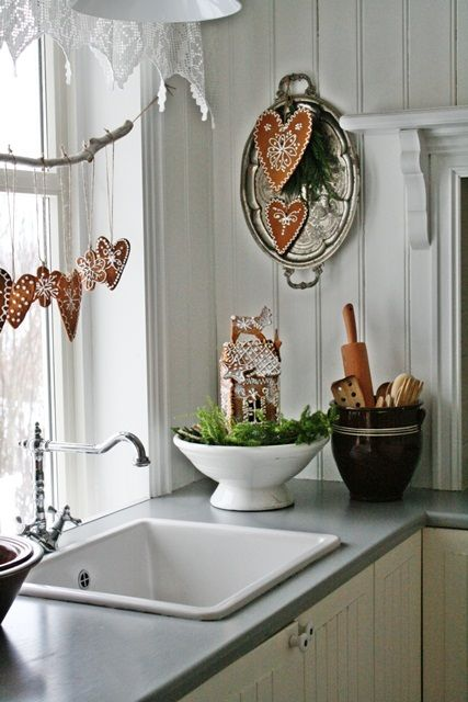 Christmas kitchen sink decor window gingerbread, image from the blog http://decordots.com/