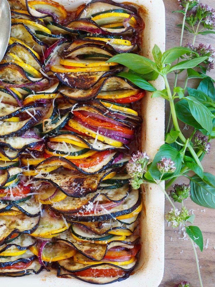 Lag ratatouille i form! Litt tid tar det å skjære grønnsakene og sette de i formen, men dægern så fint det blir. Sjekk ut oppskriften!