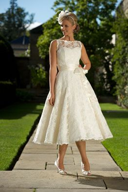 Usually I don't like short wedding dresses, but this is gorgeous :)