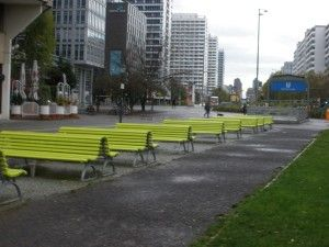 Una serie di panchine con seduta doppia e con schienale. #Accessibilità
