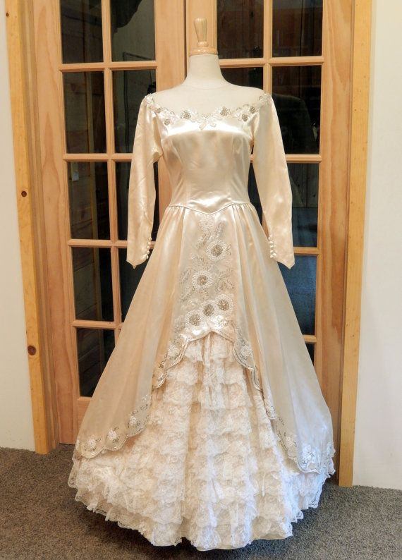 RARE Antique 1943 2 Pc Satin et perles Bridal Gown-Illusion Neckline-Ruffled Slip avec superposition de Satin