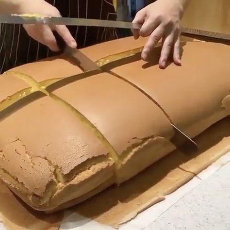 """Напомню вам ещё рецепт Японский бисквит """"Кастелло"""" Тающая во рту консистенция, деликатный вкус, лаконичный вид. Этот десерт имеет весьма интересную историю. В 16 веке его завезли в Японию португальские купцы, отсюда и его название. С тех пор этот бисквит - традиционный десерт в Нагасаки. Сейчас он вернулся в Европу вместе с другими японскими блюдами. Ингредиенты: Яйца4 шт. Сахар110 г Мука100 г Жидкий мед 2-3 ст. л. Теплая вода1 1/3 ст. л. Способ приготовления: Разогрейте духовку до 180 С."""