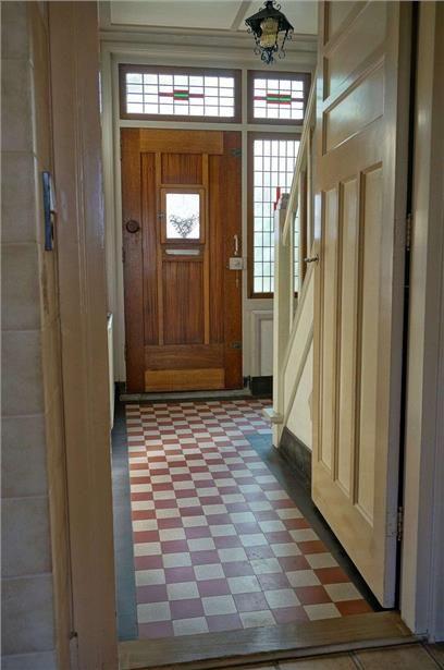 Aan de Harmelerwaard in Harmelen staat deze vrijstaande eengezinswoning uit 1933. De woning bevat nog veel oorspronkelijke details, zoals paneeldeuren, een kamer-en-suite-indeling met een marmeren schouw in beide vertrekken, glas-in-loodramen en aut...
