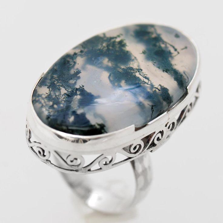Inel din argint realizat manual, customizat pe forma pietrei de agat varietate denumită moss, piatră unicat prin modelul format de incluziuni. Rama foarte fină în care este prinsă piatra are rolul de a accentua frumuseţea pietrei. Greutate: 10.6 gr. Lungime: 3.50 cm Lățime: 2.00 cm Circumferință inel: 51 mm Piatră: AGAT Categoria pietrei: DENDRITIC