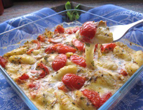 Für den Gnocchi-Auflauf das Backrohr auf 200 °C Ober- und Unterhitze vorheizen. Mozzarella und Paradeiser würfelig schneiden. Kräuter und Knoblauch