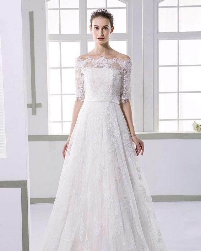 当店で人気No.1のウェディングドレス✨  商品品番はJWXT1504Fです。  総レース使いが上品かつ豪華な印象☆  トレーンは少し引きずりますが、 軽くて動きやすいですよ!  取り外し可能なボレロ、ベルト付きのお値段が¥42,000 (税抜) 是非1度御試着にいらして下さいね #ウェディングフォトアイディア#ウェディングフォト#結婚式#結婚#カップル#プレ花嫁#ウエデングドレス#フォト#花嫁準備#結婚準備#試着#ブライダル#ドレスショップ#ランディブライダル#花嫁#フィッティング#ドレス選び#ドレス試着#ドレスショップ#東京#福岡#名古屋#京都#ドレス選び#ドレス試着 ☎名古屋店:056-769-6082 ☎京都店:075-606-1023