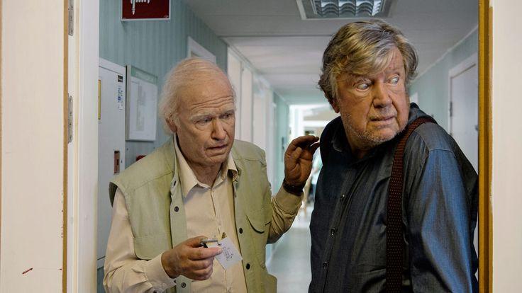Pamiętacie Allana Karlssona – Stulatka, którywyskoczył przez okno izniknął? Tobohater przezabawnej inieprawdopodobnej czarna komedia nazywanej czasem szwedzką wersją Forresta Gumpa. Allan wdniu swoich 100 urodzin ucieka zdomu opieki iwplątuje się waferę zmafią, słoniem iwielkimi pieniędzmi wtle. Nie jest todla niego nic nowego, bo szybko przekonujemy się, żecałe jego życie obfitowało wpodobne szalone przypadki. Niezależnie odtego, …