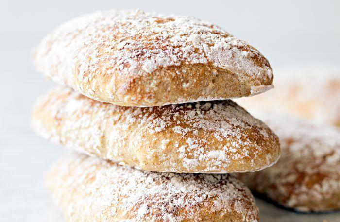 Baka ett segt och saftigt bröd med kummin och kornkross till helgfrukosten