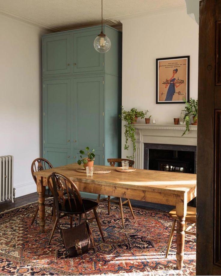 Rustikal trifft traditioneller Landhausstil und hölzerner Esstisch mit