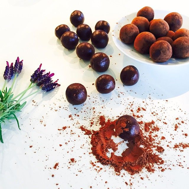 Mmmmhhhhhhh....(s hät solangs hät!!!) Just created a new recipe...my goodness  this is absolutely..... a piece of heaven ✨ I wish you could taste it #Chocolate-Caramel-Figs #Truffles fully 100% #raw plant food ~ #happiness inside ~ very easy, only 30 minutes needed to make this