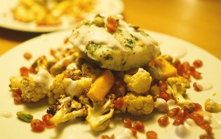 Make Bloemkool Great Again! Probeer deze verrassend lekkere gegrilde bloemkool met witte vis en tahindressing.