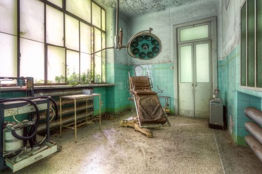 <p>Equipamiento hospitalario acumulando polvo en un viejo asilo de Italia(Roman Robroek<i> / Caters News</i>).</p>