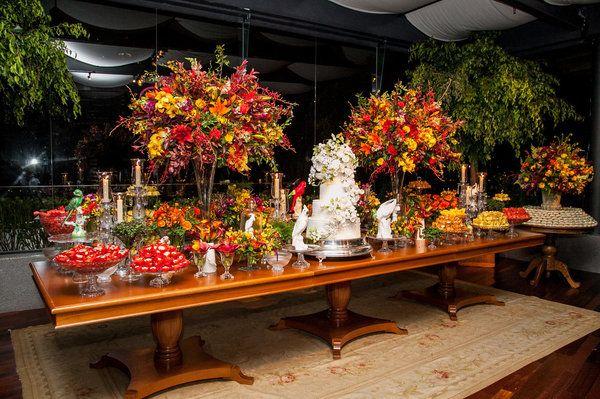 Alice Lima Mesa de doces colorida e florida, um dos locais mais concorridos da festa de casamento de Julia Parente e Frederico Barros.
