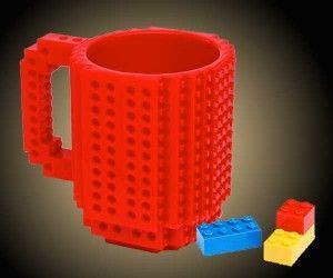 Si te levantas pensando en que crear con Lego, te divierte pasar el tiempo con Lego y para navidades pides cosas de Lego, entonces, por que no comes con una taza de Lego. Te presentamos la primera taza Lego a la que puedes encajar tus piezas favoritas. #hogar #café #desayunos