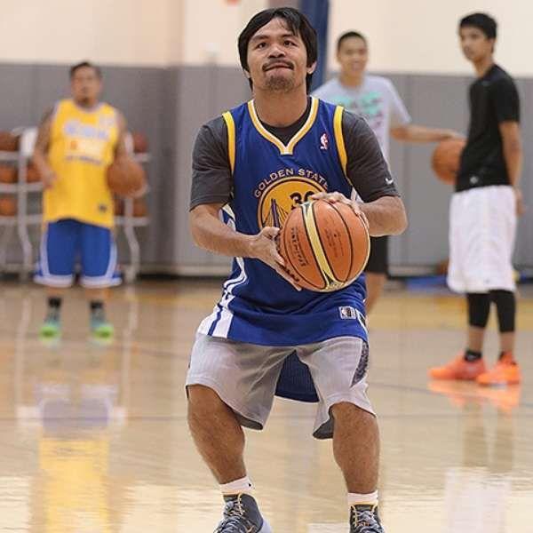 Manny Pacquiao se da tiempo para jugar basquet con Warriors