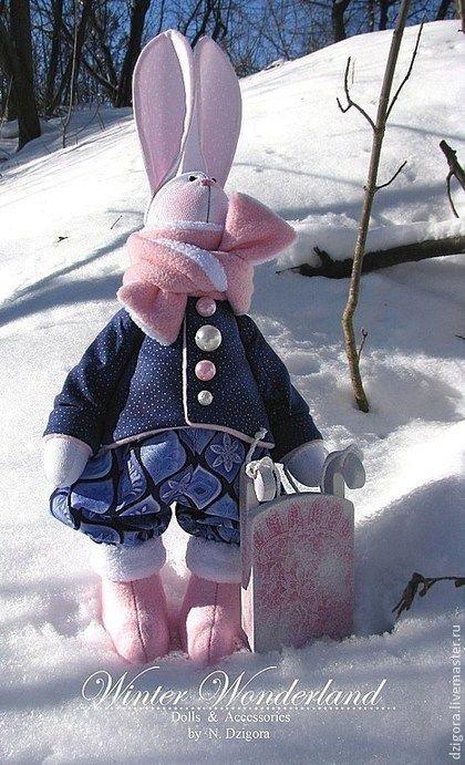 Купить или заказать Заяц с санками в интернет-магазине на Ярмарке Мастеров. Мороз и солнце, день чудесный! ... Именно в такой прекрасный зимний день родился этот заяц! Рост зайчонка - 50 см вместе с ушками. Сшит из плотного хлопка, наполнен холлофайбером, одёжка: хлопок, искусственный мех, флис. Обут в фетровые валенки с меховой опушкой. Впридачу к зайке прилагаются деревянные саночки, декорированы в технике декупаж, с использованием структурной пасты. Зайка прод…