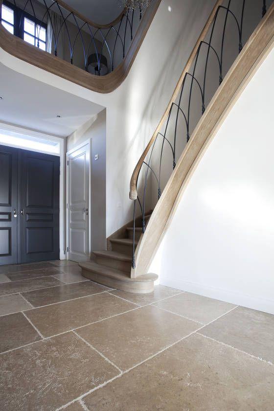 Rails Belgian Tones | Dutch | Interiors | Stairs | Entrance | floor tiles#Bourgondische dallen van Frans kalksteen - #Natuursteen - Opkamer dallen - Bourgondische dallen ideeën | de-opkamer.nl