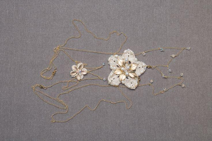 Accesorio para el cuerpo en cadenas con flores decoradas en el cuello y la espalda. Fotografía Valeria Duque