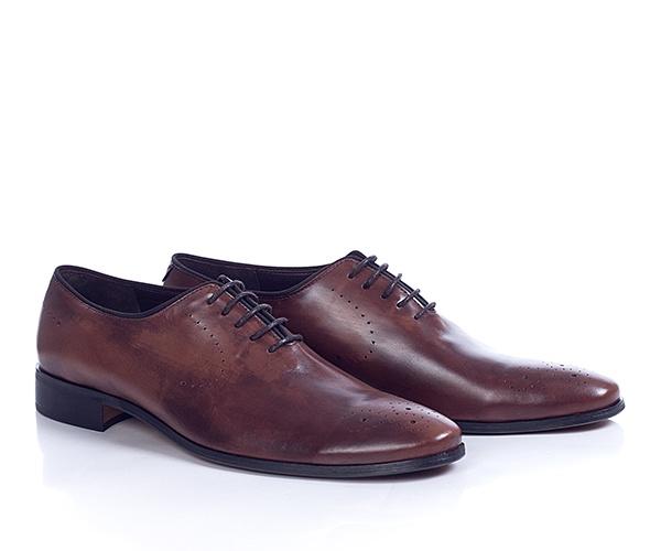 Pantofi din piele naturala de culoare maro,cu model in stil brogue, pot fi purtati atat la tinute casual si smart-casual, cat si la tinute business. Pielea este vopsita cu crema speciala astfel incat fiecare pereche are o textura unica, conferindu-le un plus de exclusivism.