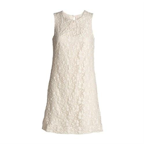 Sekstitalls-inspirert kjole i hvite blonder som blir rålekker til sommerbrune ben..men som også fint kan brukes på 17.mai, med en strømpebukse og en blazer til.Kjole fra Lindex 299 kr
