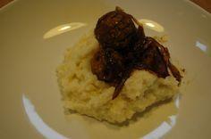 Pastinaak-bloemkoolpuree met falafelballetjes en perenstroop-uisaus.