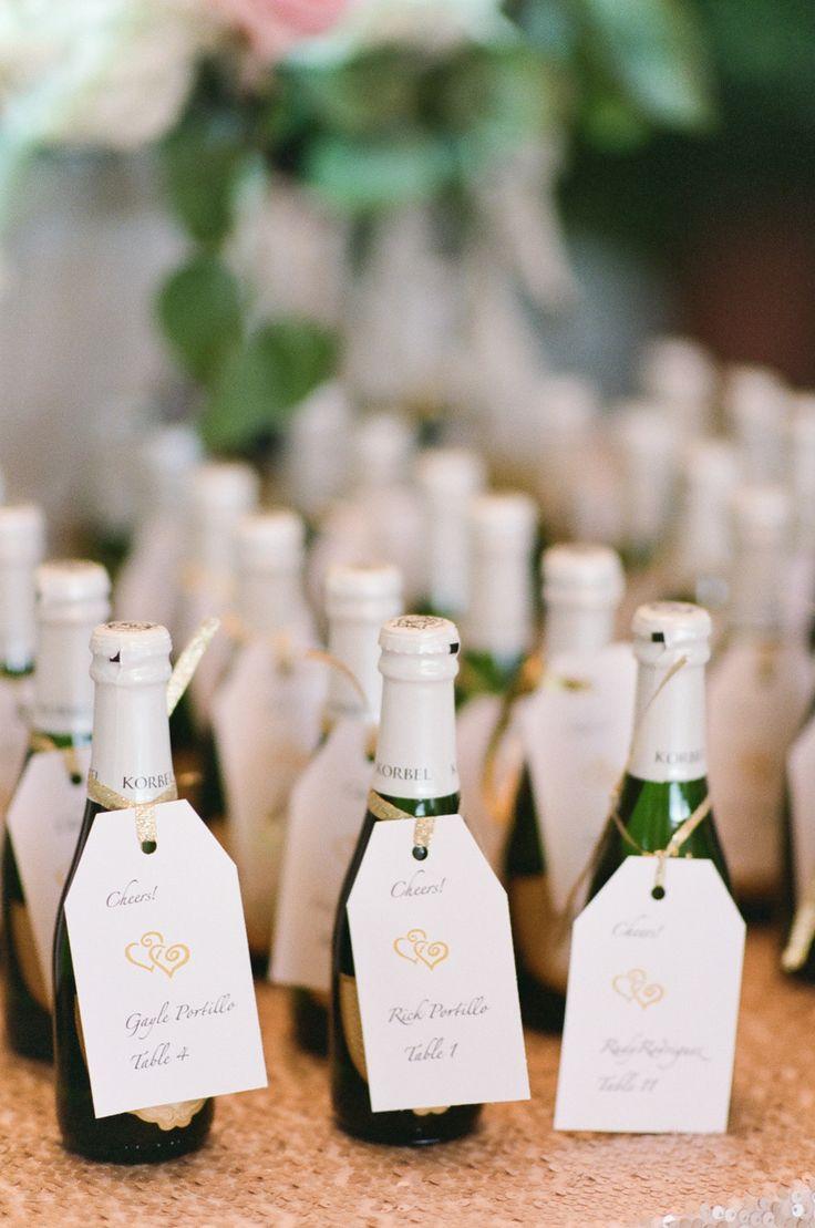 スパークリングのボトルへ センスがいい白のエスコートカードまとめ。結婚式で使うエスコートカード・席札一覧。