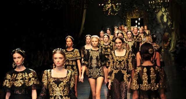 Pensando al Barocco,la mente evoca le opere artistiche del '600, espressione della genialità dell'epoca. Un movimento caratterizzato da linee sinuose,capaci di creare effetti ampollosi,sfarzosi,tendenti all' esagerazione.Gli stilisti riesumano per noi quello stile lussureggiante, rivisitandolo in chiave moderna. Il risultato è un ritorno ai fasti del tempi che furono: abiti di broccato, ricoperti d'oro, adornati con gioielli appariscenti