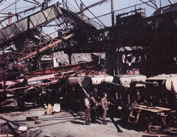 Fertig gestellte Panther Panzer Türme in einer zerstörten Fabrik in Hannover
