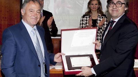 PREMIOS Otorgado por el Colegio de Madrid Baltasar Ibán recibe el XI Trofeo Taurino Colegio de Veterinarios - Mundotoro.com #toros