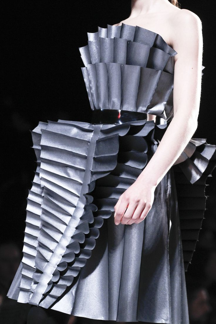 Architectural Fashion - wearable sculpture; 3D fashion construction & fabric manipulation // Viktor & Rolf FW2011