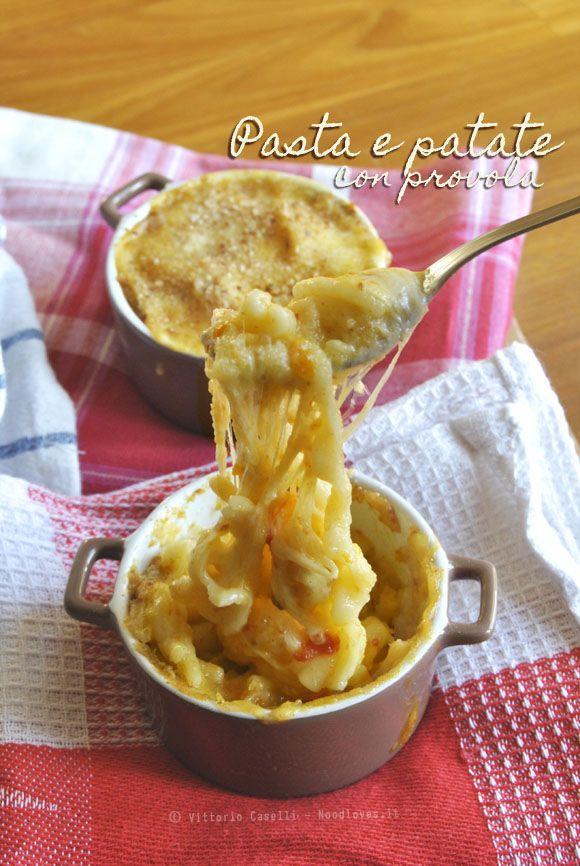 Un classico della tradizione napoletana, ma con un tocco gourmand: La pasta e patate con provola! La ricetta la trovate su http://noodloves.it/pasta-e-patate-con-provola/