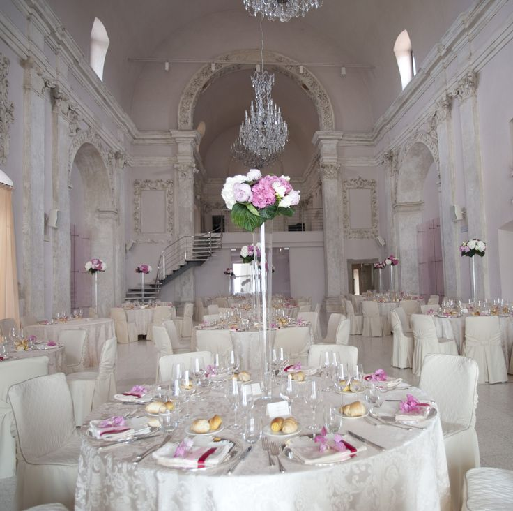 Sala principale per eventi @CastleOfAngels - fino a 300 persone - allestimento fiori bianchi e rosa, mise en place argento banqueting realizzazione da #barbariccia