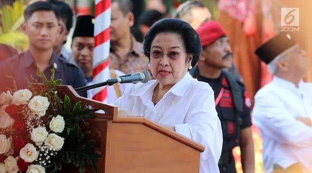 "Ketum PDIP Megawati Soekarnoputri memberikan sambutan pada peresmian Patung Proklamator RI Soekarno ""Putra Sang Fajar"" di Kota Blitar Selasa (6/6). Patung perunggu itu memiliki ketinggian sembilan meter dengan berat lima ton. Jakarta - Presiden ke-5 Indonesia Megawati Soekarnoputri bercerita mengenai pertemuannya pertama kali dengan para kiai Nahdlatul Ulama (NU) saat dia masih kecil. Saat itu sang ayah Presiden Pertama Indonesia Sukarno menerima para ulama di Istana Negara. Para ulama…"