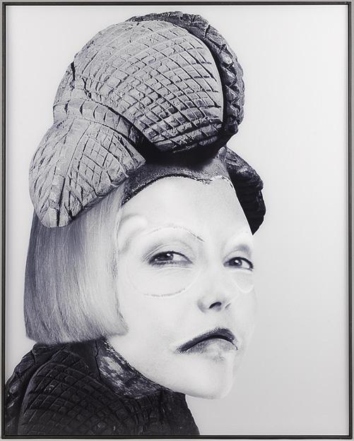 ORLAN. Self-hybridation africaine, Masque Pounu Gabon-Congo et visage de femme Euro-Stéphanoise, 2000, cibachrome.