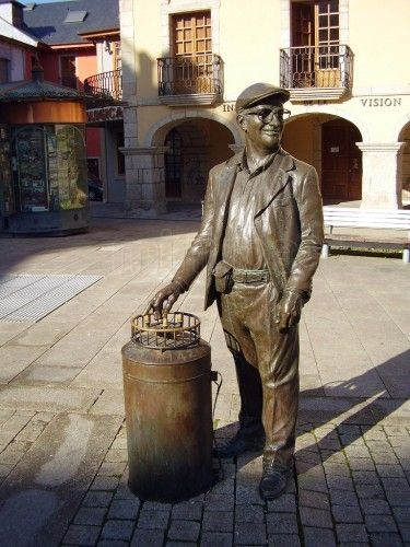 """Escultura del Barquillero"" (Sculpture of the Wafer Seller) - photo by lala, via minube; at Plaza Mayor, Ponferrada, León, Spain ...Apparently 'wafers' are also called biscuits, cookies, and waffles... According to info with a photo at the Museo Nacional Centro de Arteof a barquillero, this street peddler was popular, carrying a cylindrical drum with a wheel of fortune attached to the lid. The number that came up was how many wafers (barquillos) the child would get."
