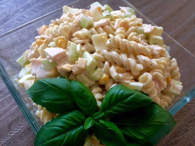 Sałatka z makaronem, szynką i pysznym sosem