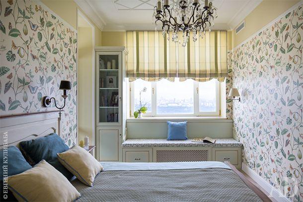 Спальня хозяев. Активный рисунок обоев LakeThibaut уравновешивается светлым оттенком мебели. Гардеробный шкаф, банкетка и книжный стеллаж сделаны на заказ.