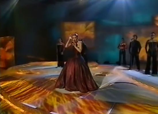 "Karolina Gotchéva, le candidat macédonien au concours Eurovision de la chanson, chante « Od nas zavisi » le 25 mai 2002. // Karolina Gočeva, the Macedonian contestant to the Eurovision Song Contest, singing ""Od nas zavisi"" on 25 May 2002."