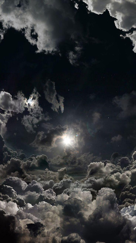 Schwarzer Himmel mit Wolken