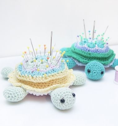 African flower turtle pincushion  (free amigurumi pattern) // Afrikai virág mintás amigurumi teknős tűpárna (ingyenes horgolásminta) // Mindy - craft tutorial collection