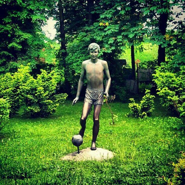 Pomnik na terenie Akademii Wychowania Fizycznego. Nie polecam kopania tej piłki.