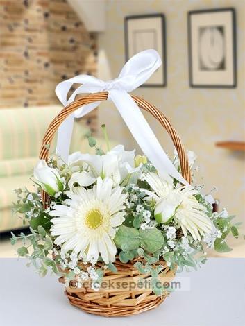 Bu sepet, yüreğinizdeki tüm sevgiyi içine doldurup sevdiklerinize götürüyor. Üstelik sihirli, gören herkesi güzelliği ve sempatisiyle büyülüyor, sevdikleriniz de onun büyüsüne kapılacak.  http://www.ciceksepeti.com/sepette-beyaz-lilyum-gerbera-ve-mevsim-cicekleri