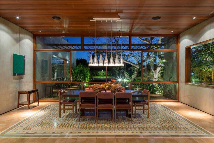 Gardens are interspersed throughout Brasília home by Samuel Lamas