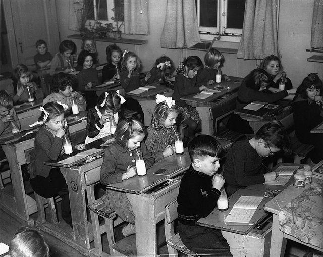 Schoolmelk... niet lekker als hij vlak bij de kachel had gestaan, jak! Soms mocht je de zilveren doppen doorprikken met een potlood voor het rietje.