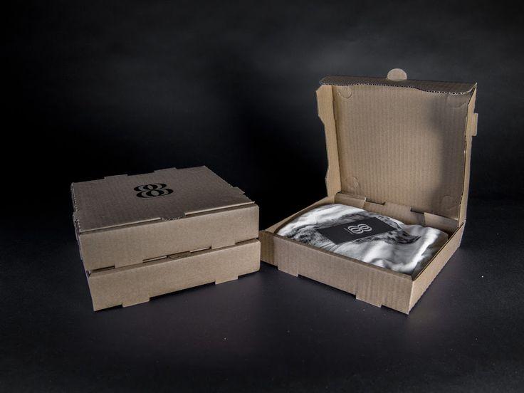 Jamie Skeele создал проект упаковки для одежды и бренд Eight By Eight. Идея проекта Eight By Eight основана на использовании стандартных коробок для пиццы размером 8 на 8 дюймов как бренд и упаковка одежды. Для логотипа использованы два стандартных шрифта Baskerville (цифры) Gotham (буквы). Оформлены коробки в минималистическом стиле, одноцветной печатью в центре крышки изображен логотип Eight By Eight. Материал: трехслойный гофрокартон. Конструкция коробки: самосборная. Уникальность проекта…