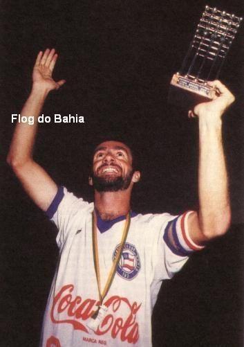 Bobô com a Taça de Campeão Brasileiro 1988