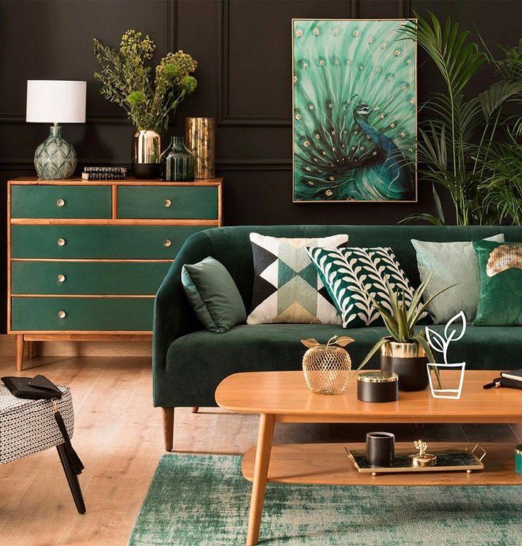 La tendance green atteint aussi la palette de couleur et le camaieu de vert est roi en décoration. On l'associe au velours pour un canapé vert confortable, sur les mur et on le mélange à du bois plutôt clair.